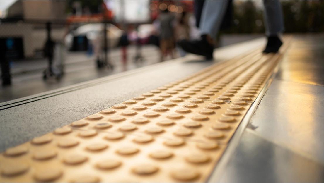 ตู้สาธารณูปโภคพ้นทางเท้า กทม.ประสานหน่วยงานเจ้าของ ขวางทางเดินผู้พิการ